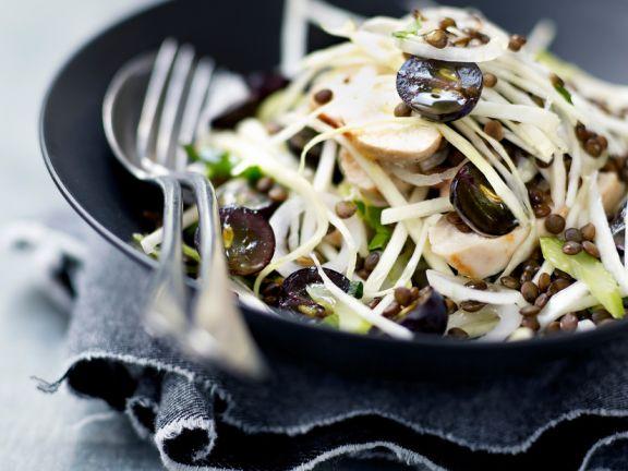 Salat mit Kohl, Trauben, Linsen und gebratener Hühnerbrust