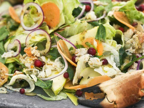 Salat mit Krabbe, Apfel, Karotte und Preiselbeeren