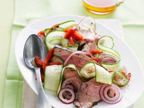 Salat mit Lamm, Paprika, Zwiebeln und Gurken
