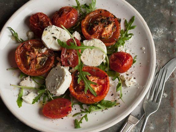 Salat mit Ofentomaten, Ziegenkäse und Rucola