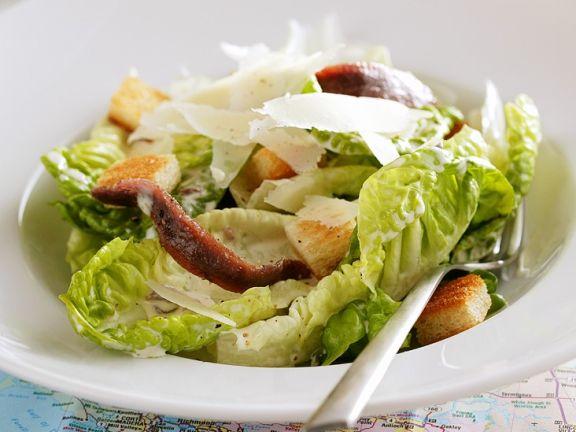 Salat mit Parmesan und Croûtons