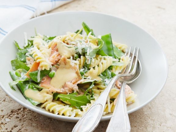 Salat mit Pasta, Zuckerschoten und Lachs