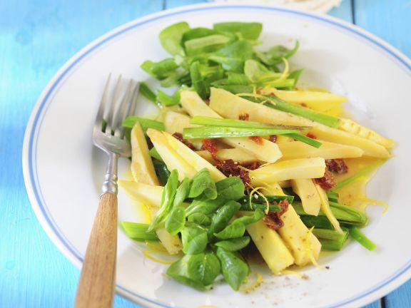 Salat mit Pastinaken, Porree, Rapunzel und getrockneten Tomaten