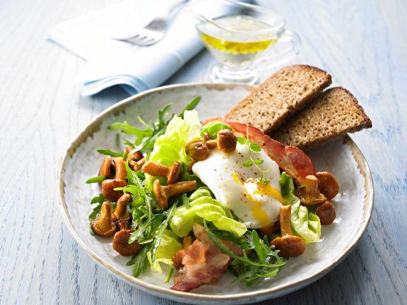 Salat mit Pilzen und Ei