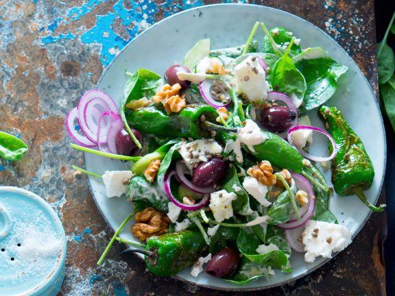 Salat mit Pimientos de Padrón, Feta und Oliven