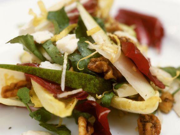 Salat mit Radicchio, Birnen, Pecorino und Walnüssen
