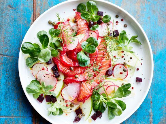 Salat mit Räucherlachs, Roter Bete und Apfel