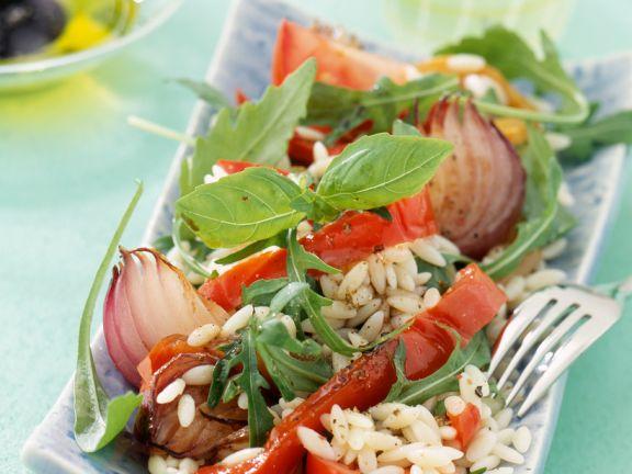 Salat mit Reis, Paprika, Zwiebeln und Basilikum