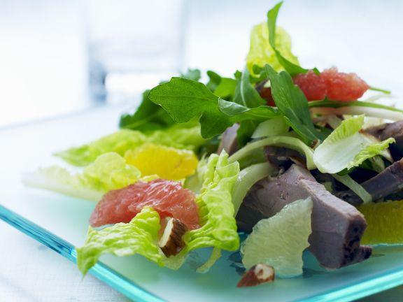 Salat mit Rind und Zitrusfrüchten