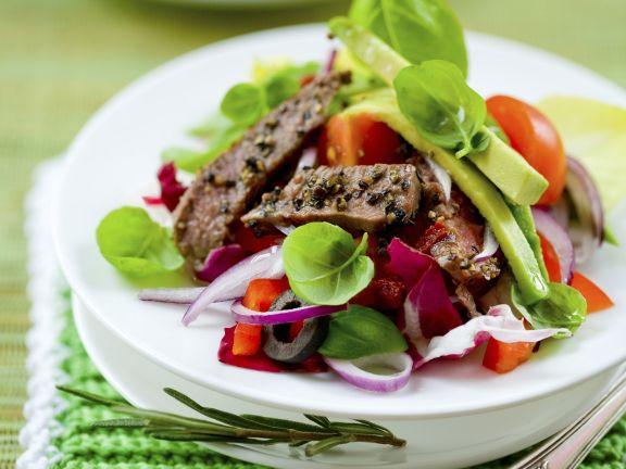 Salat mit Rindfleischstreifen und Avocado