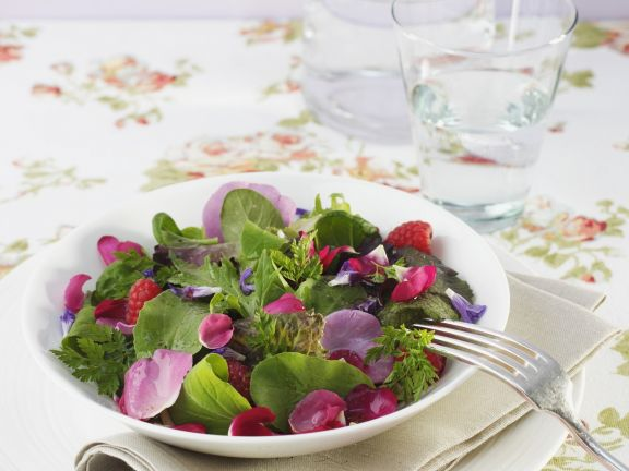 Salat mit Rosenblättern
