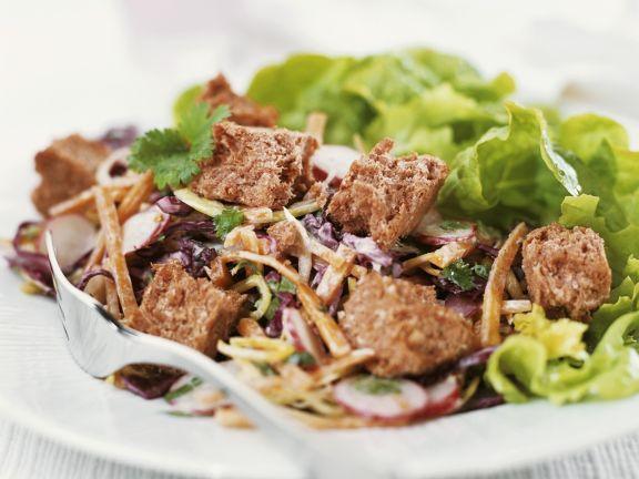 Salat mit Rotkraut und Brotstückchen