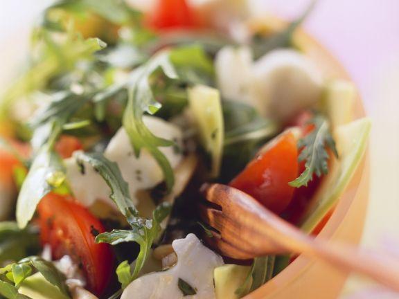 Salat mit Rucola, Brunnenkresse, Tomaten und Häschen aus Mozzarella