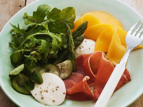 Salat mit Schinken und Mango