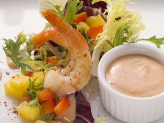 Salat mit Shrimps, dazu Thousand-Isalnd-Dressing