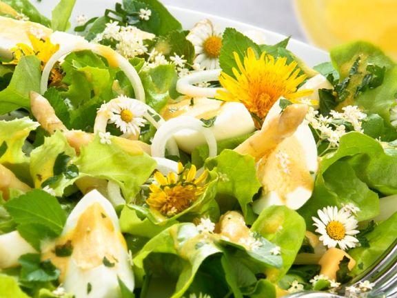 Salat mit Spargel, Ei und essbaren Blüten