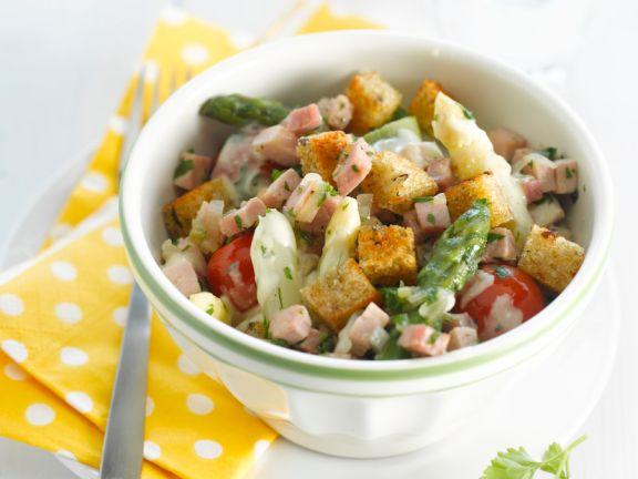 Salat mit Spargel, Schinken und Croûtons