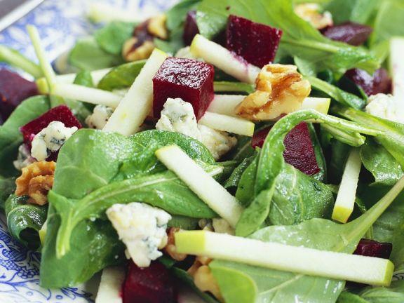 Salat mit Spinat, Roter Bete, Gorgonzola und Nüssen