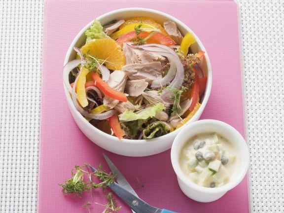 Salat mit Thunfisch dazu Avocado-Gewürzmayonnaise