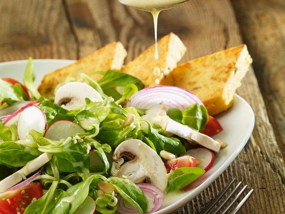 Salat mit Tomaten, Pilzen und Kichererbsenbratlingen