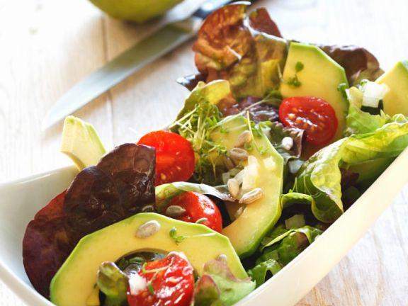Salat mit Tomaten und Avocado