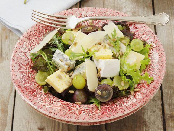 Salat mit Trauben und gemischtem Käse