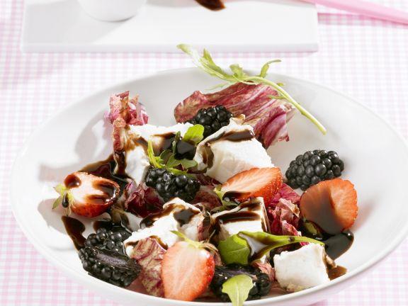 Salat mit Ziegenkäse, gemischten Beeren und Balsamessig