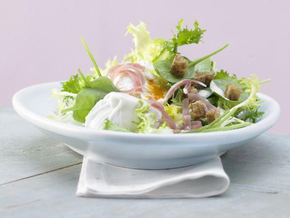 Salat mit pochiertem Ei und Lachsschinken