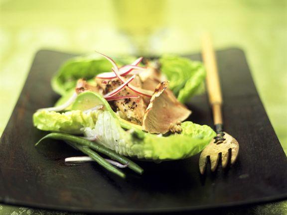 Salat und Avocado und Gyrosfleisch