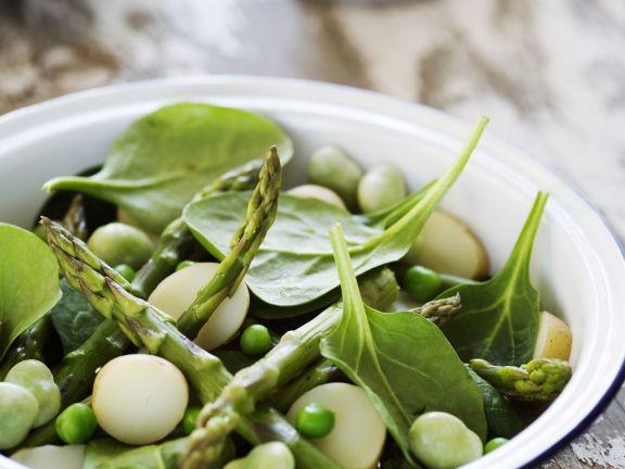 Salat verde mit grünem Spargel, Saubohnen und Spinat