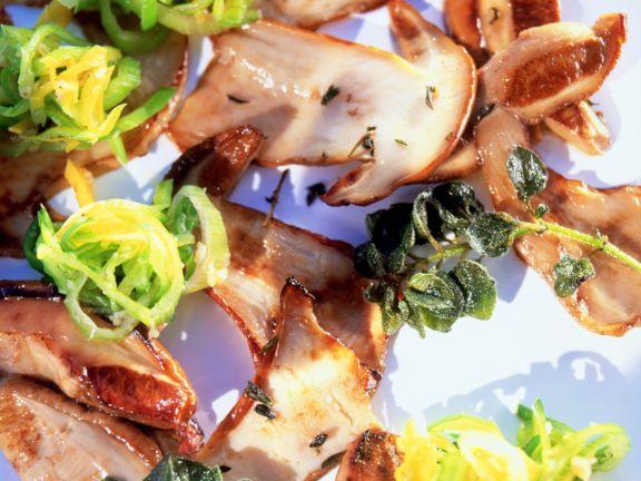 Salat von gebratenen Steinpilzen
