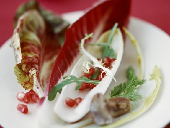 Salatblätter mit Granatapfelkernen