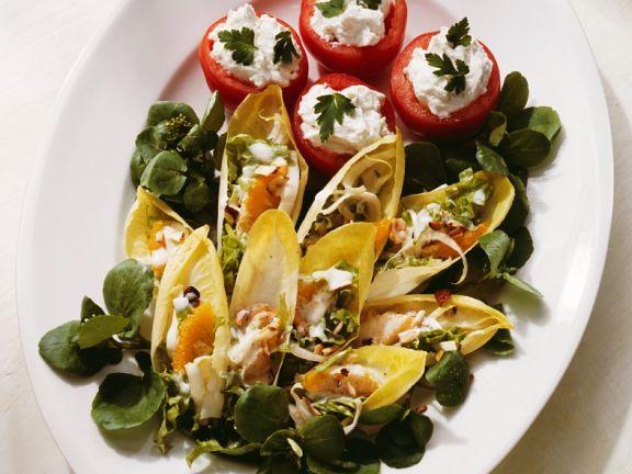 Salatplatte mit gefüllten Tomaten