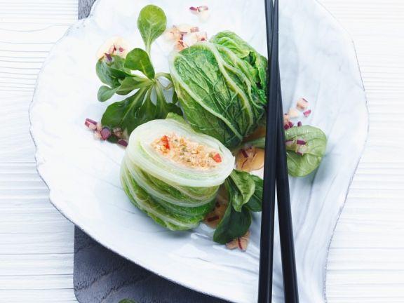 Salatröllchen mit Nusssauce