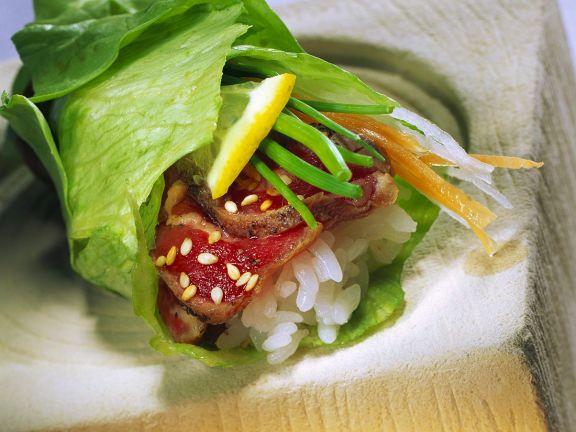 Salatröllchen mit Rinderfilet und Reis