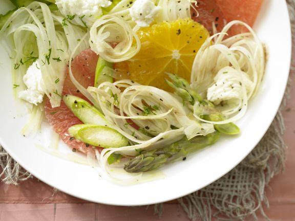 Salatschüssel mit Fenchel, Zitrusfrüchten und grünem Spargel