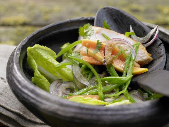 Salatschüssel mit Räucherhähnchen