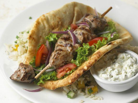 Sandwich auf griechische Art mit Souvlaki und Gemüsereis