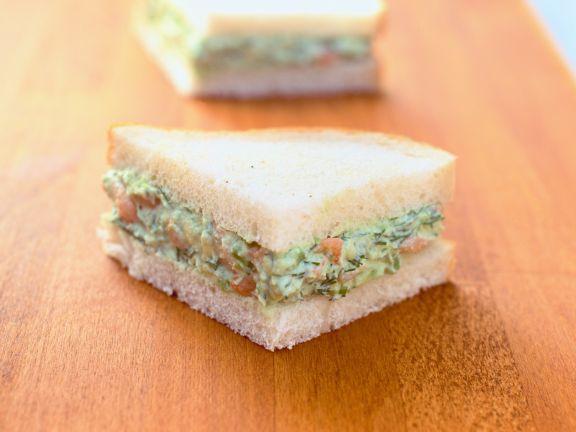 Sandwich mit Avocado-Krabben-Mus