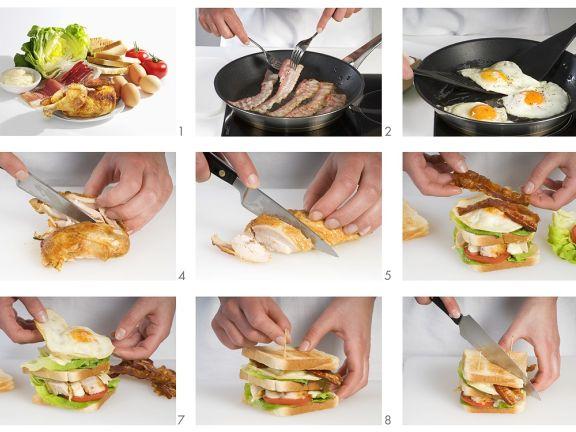 Sandwich mit Ei, Hühnchen, Speck und Tomaten