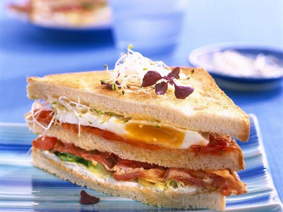 Sandwich mit Ei und Speck