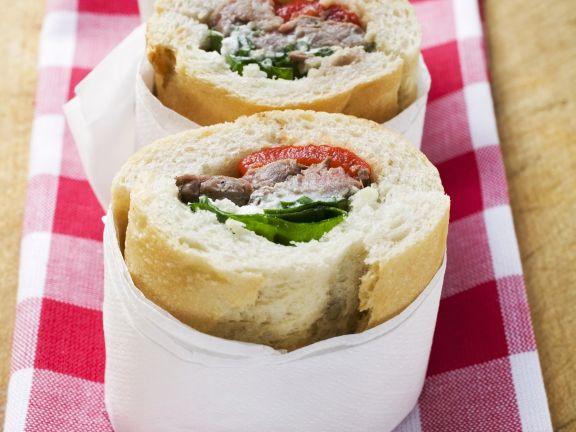 Sandwich mit Füllung aus Schweinefleisch und Paprika