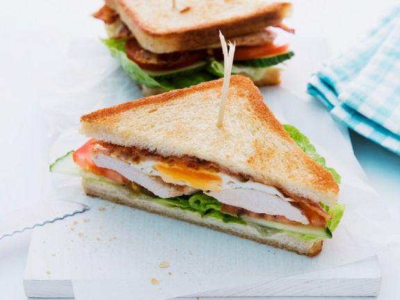 Sandwich mit Hähnchenbrust, Speck und Ei