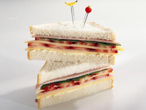 Sandwich mit Käse, Schinken und Erdbeeren