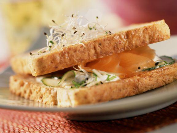Sandwich mit Lachs und Sprossen