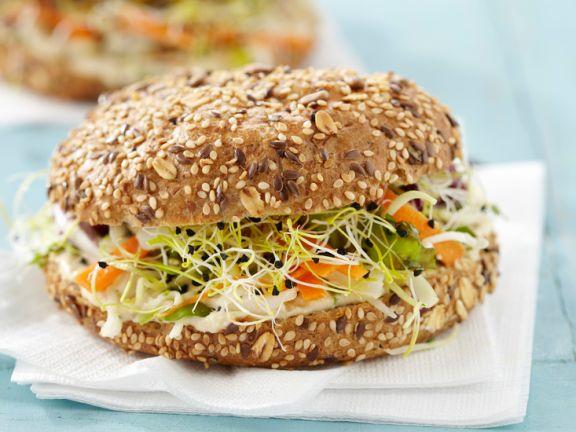 Sandwich mit Möhrensalat und Sprossen