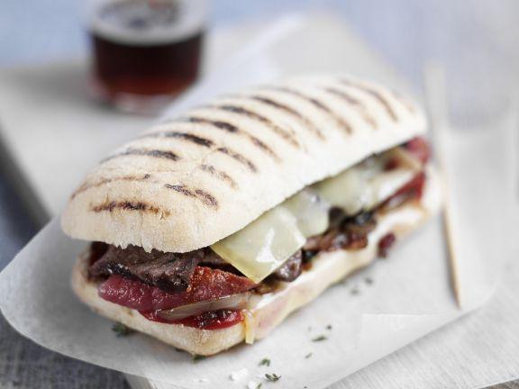 Sandwich mit Rindfleisch, Käse und getrockneten Tomaten