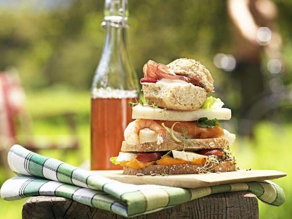 Sandwich mit Schinken, Shrimps und Gemüse