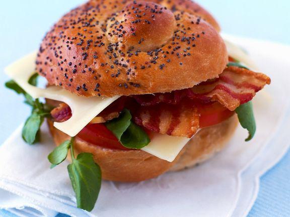 Sandwich mit Speck, Tomaten und Salat
