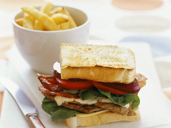 Sandwich mit Steak und Bacon